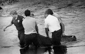 Des policiers sortent le corps de Wendy Lee Coffield de la rivière