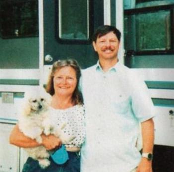 Gary et Judith Ridgway devant leur camping car